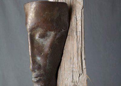 Große Stele mit Bronzekopf